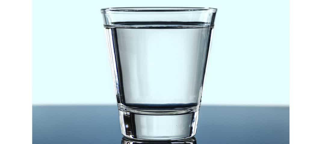 Która woda jest zdrowsza do picia – mineralna czy źródlana?