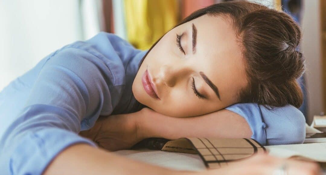 5 negatywnych skutków niedoboru snu, które zmotywują cię do wczesnego zasypiania.
