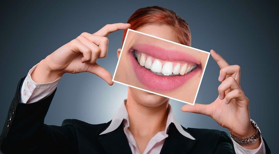 Zdrowy uśmiech – jak skutecznie dbać o zęby?